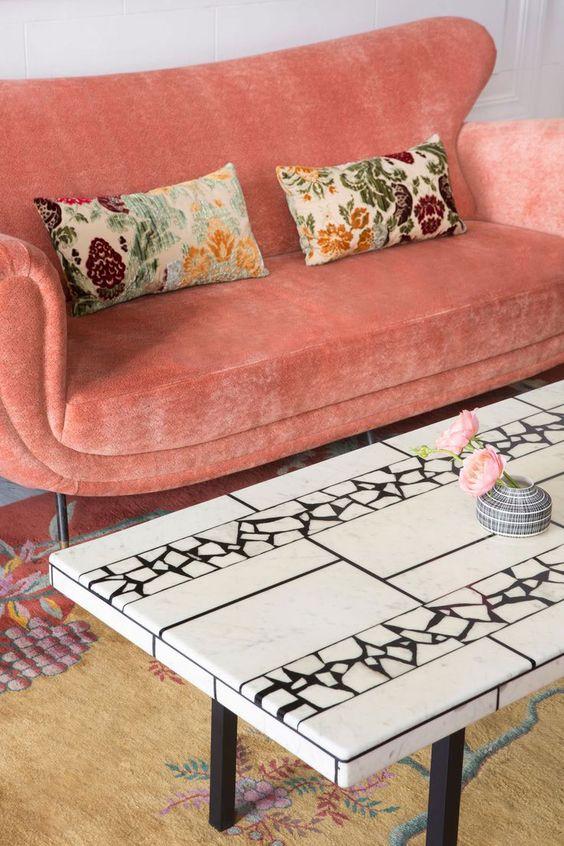 un colore e una consistenza accesi audaci attireranno sicuramente l'attenzione in questo soggiorno