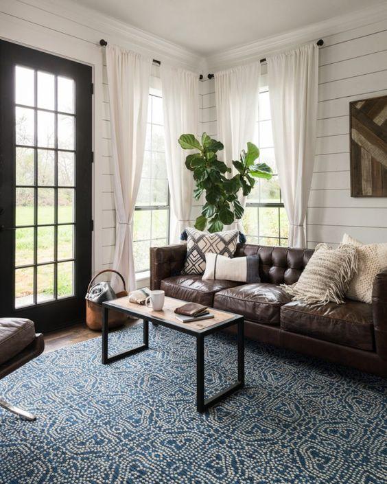 aggiungi colore e consistenza al soggiorno con un tappeto a motivi geometrici blu e bianchi