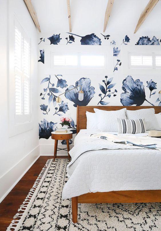 un tappeto boho bianco e nero con frangia è un accessorio fantastico per una camera da letto eclettica e aggiunge consistenza