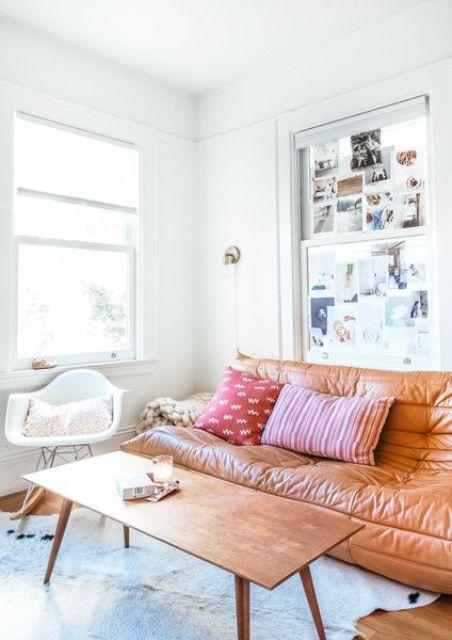 un elegante divano in pelle color ambra fa una dichiarazione con la trama del materiale e il suo colore caldo