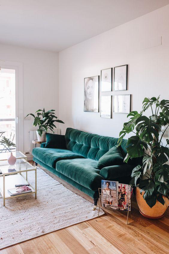 un tappeto di iuta aggiunge interesse e consistenza allo spazio proprio come un divano in velluto verde scuro
