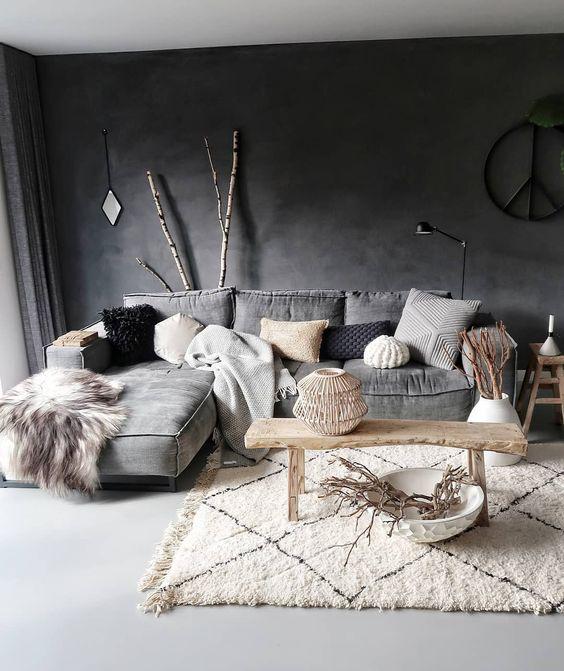 un soffice tappeto marocchino boho aggiunge interesse e consistenza allo spazio con finta pelliccia e cuscini in maglia