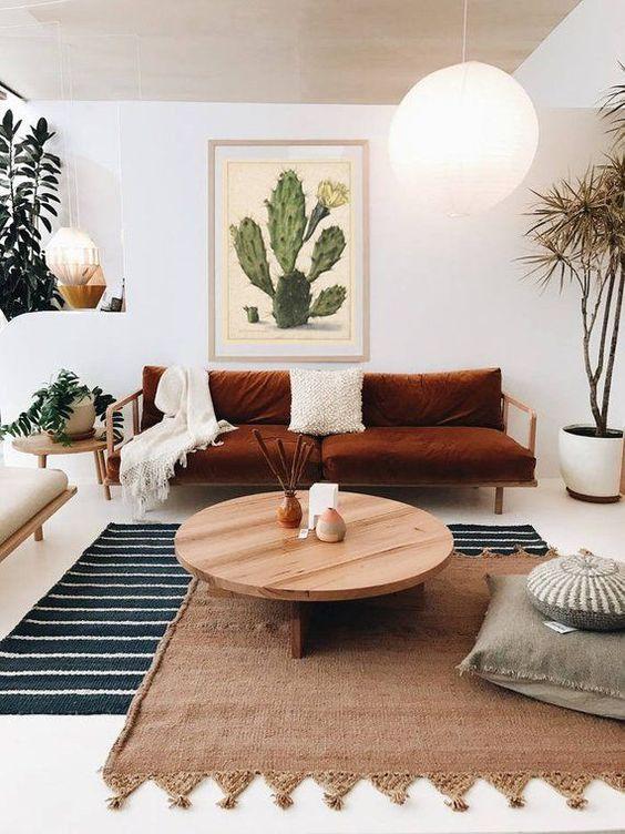 un tappeto a righe, uno tessuto con nappe sopra per un fresco soggiorno di ispirazione boho