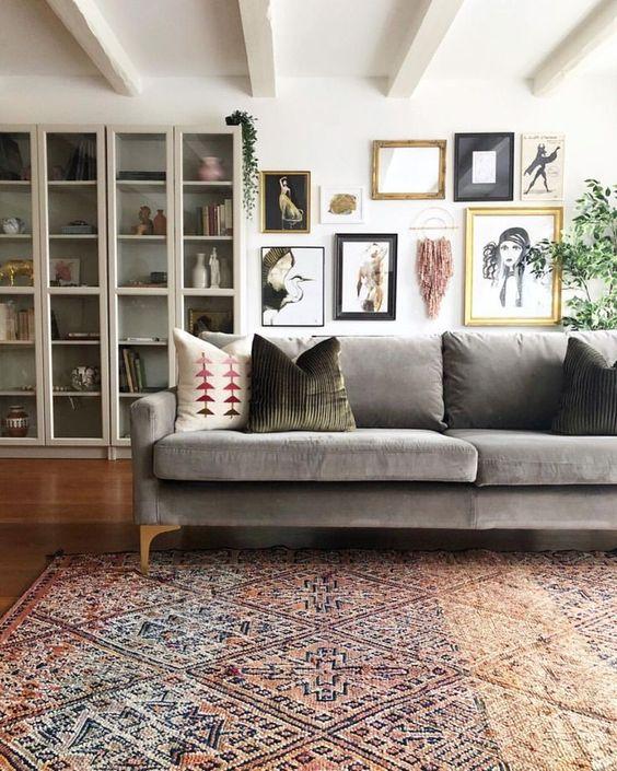 un tappeto a motivi vintage aggiunge consistenza e motivo allo spazio e lo rende più raffinato