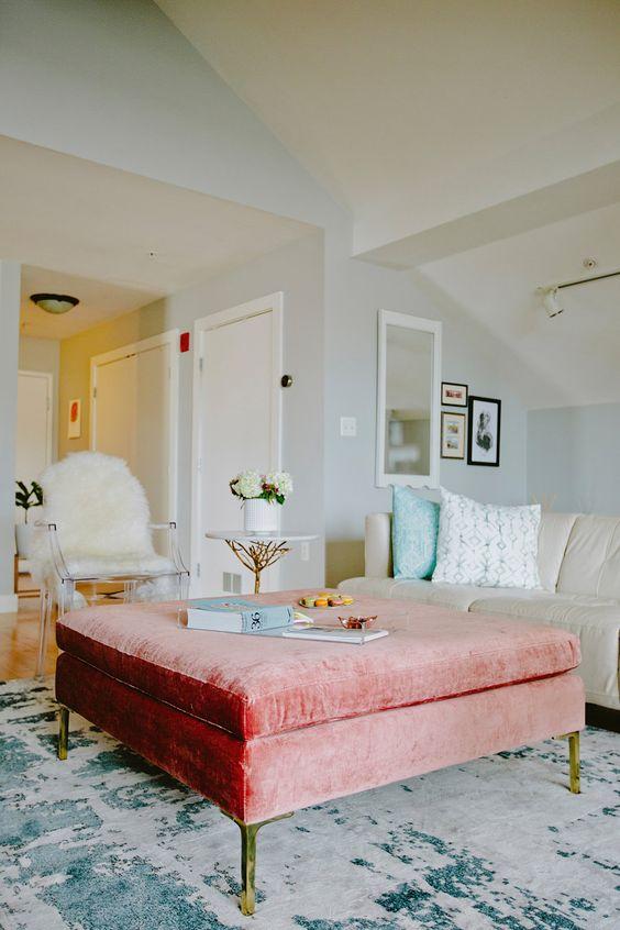 un pouf in velluto rosa pesca con contenitori nascosti può fungere da tavolino da caffè o da seduta