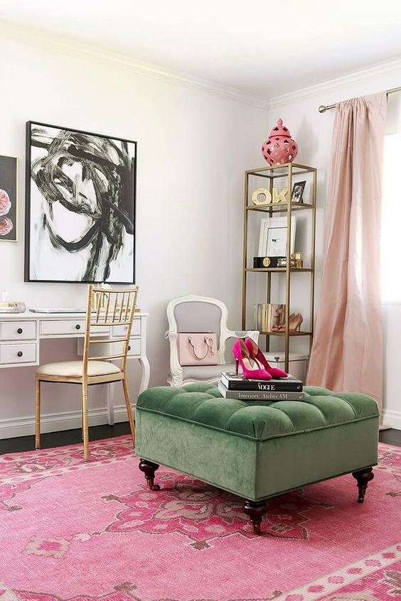 un morbido pouf in velluto verde porta un tocco raffinato alla stanza da ragazza e una tonalità contrastante