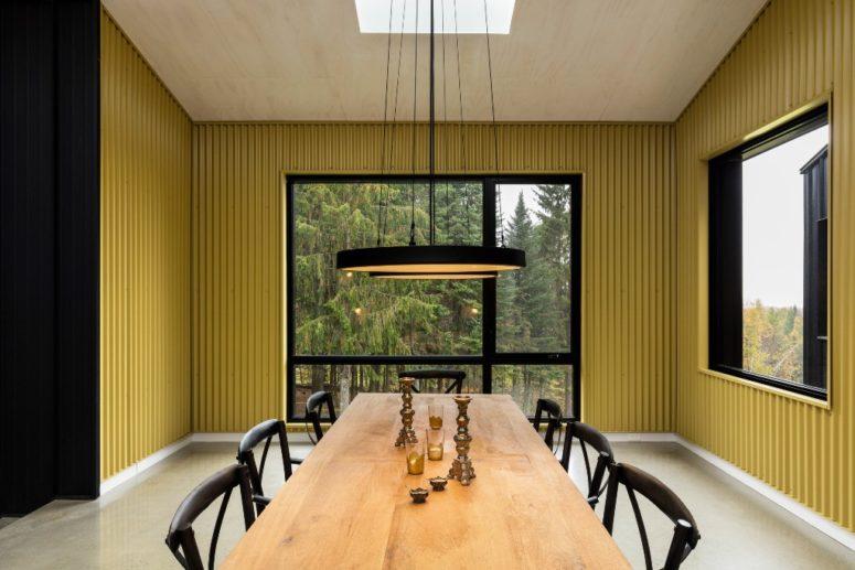 Qui puoi vedere un pasto ondulato giallo sole che copre le pareti e superfici nere a contrasto