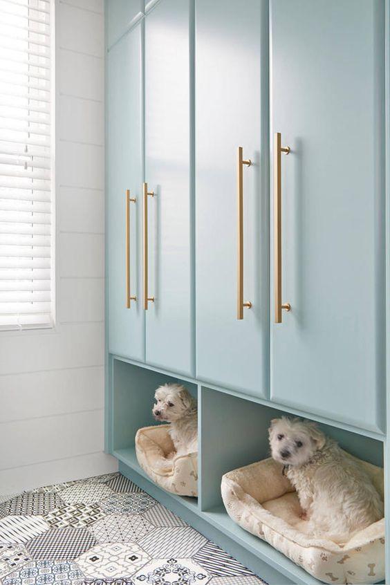 armadi per lavanderia color acqua con lettini per animali domestici sotto per comfort e un look accattivante