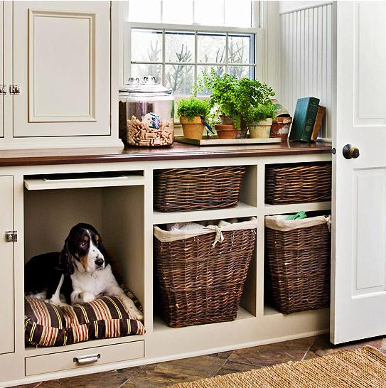 un mobile portabiancheria con una cuccia incorporata in modo che il tuo cane possa tenere la tua compagnia mentre fai le cose