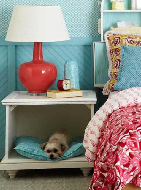 un semplice comodino con cassetti a scomparsa e uno spazio per animali invece per far dormire il tuo cane al tuo fianco