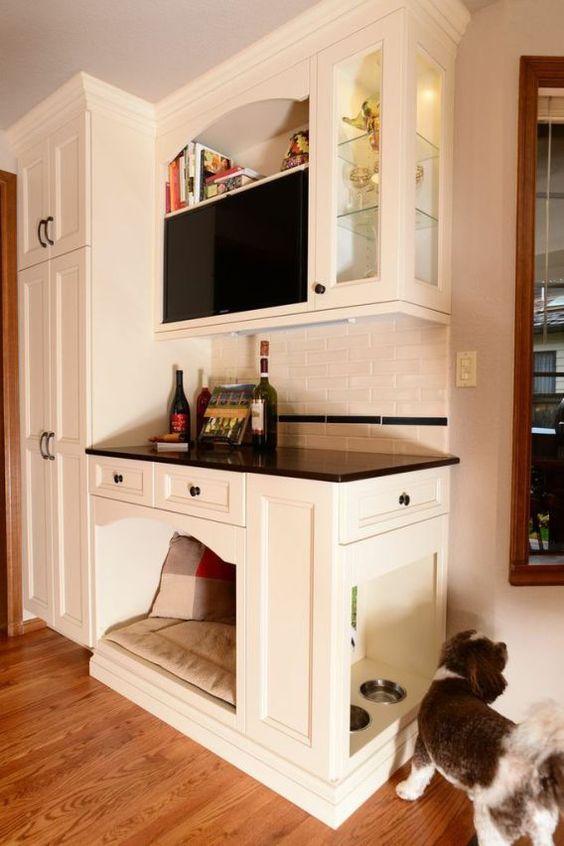 un bar domestico con una cuccia per cani integrata e persino una stazione di alimentazione per cani sul lato
