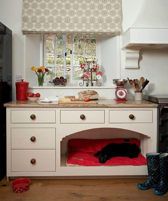 un mobile da cucina con una cuccia luminosa e morbida inclusa per evitare che il tuo animale domestico ti disturbi durante la cottura