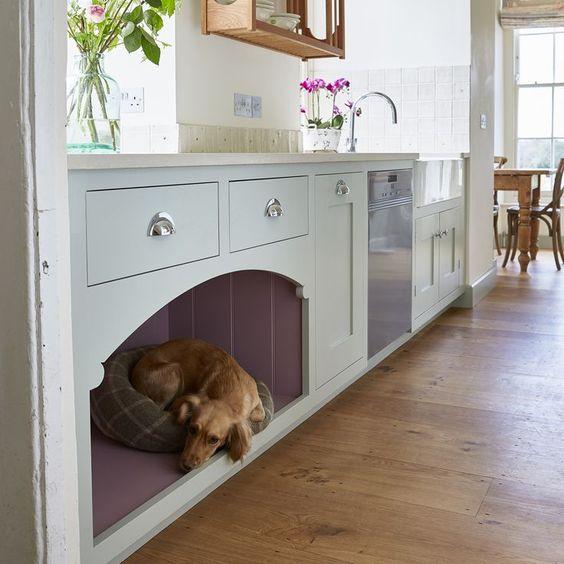 un mobile da cucina con un letto per cani integrato per lui o lei per stare al tuo fianco mentre cucini