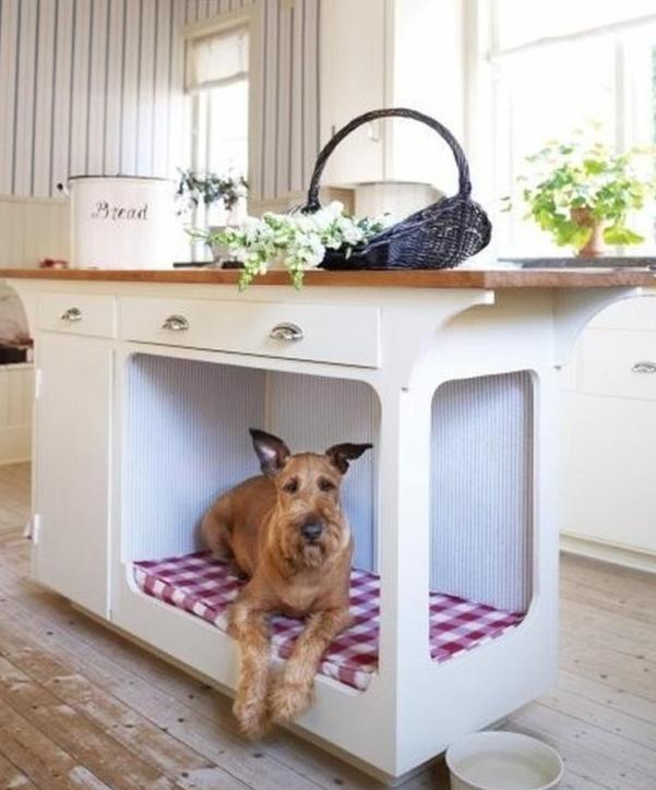 un'isola cucina con una cuccia incorporata è un modo fantastico per far stare il tuo animale domestico senza impedirti di cucinare