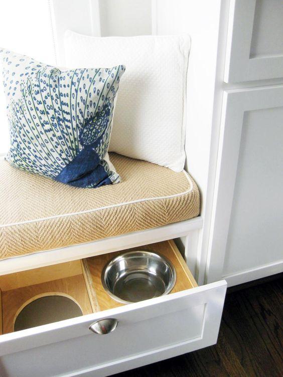 una panca imbottita per davanzale da cucina può contenere cassetti con le ciotole dei tuoi animali domestici