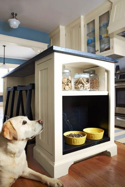 integra un'alcova per l'alimentazione degli animali domestici nella tua isola della cucina e crea una piccola mensola con sopra le leccornie per cani