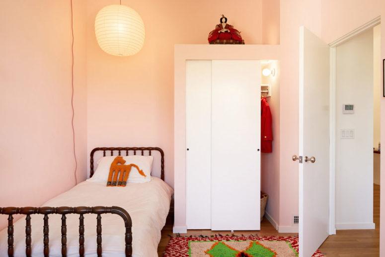 Lo spazio dei bambini è rosa, con un comodo letto in legno, un tappeto colorato e tanta luce per renderlo accogliente