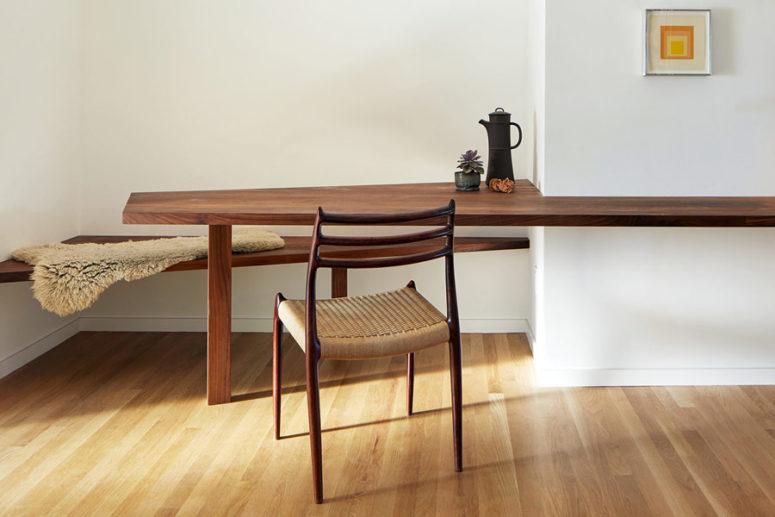 La scrivania può essere utilizzata anche come spazio per la colazione, accanto a essa c'è una panca galleggiante