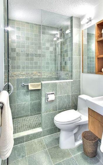 lo stesso colore verde e diversi formati di piastrelle con stucco bianco per un piccolo bagno rilassante e riposante