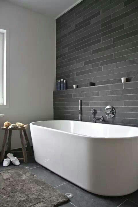 stesse piastrelle di pietra grigia - quelle più lunghe e strette sulle pareti e quelle grandi sul pavimento