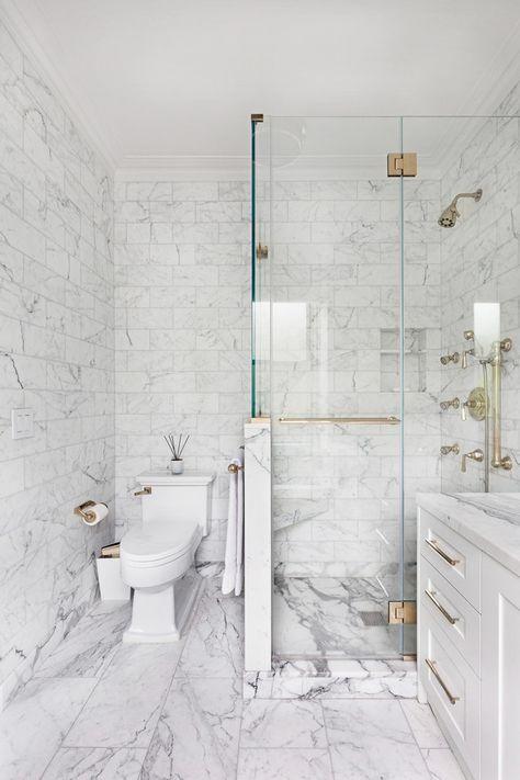 Piastrelle in marmo di Carrara sulle pareti e sul pavimento, quelle più piccole e quelle più grandi sul pavimento per un aspetto neutro