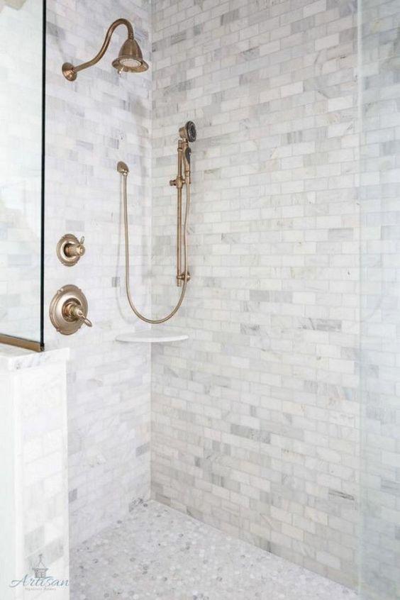 piastrelle di marmo grigio - quelle quadrate sulle pareti e le piastrelle esagonali penny sul pavimento creano una combinazione chic e neutra per un bagno