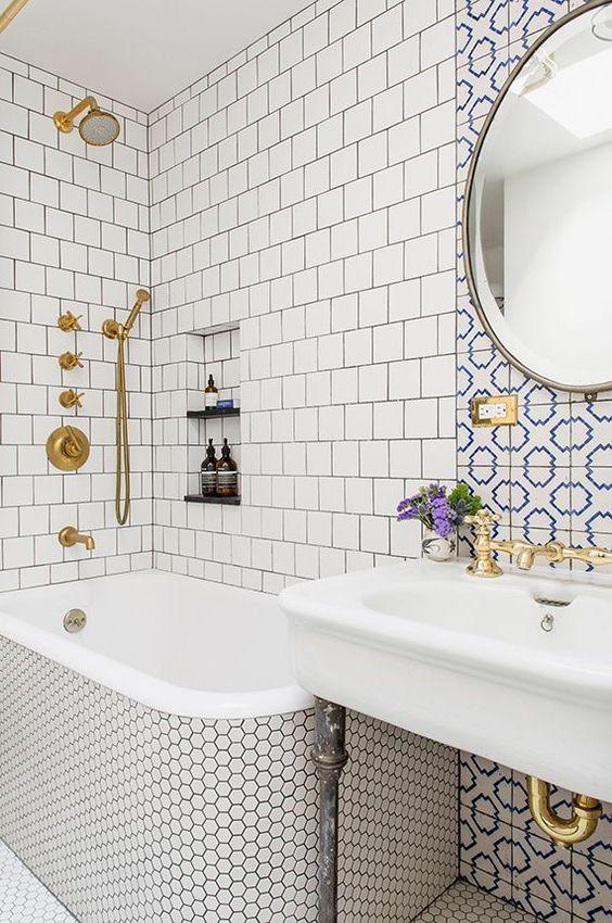 piastrelle neutre - quelle quadrate e tessere esagonali penny più un accento con tessere di mosaico blu e bianche sopra il lavandino