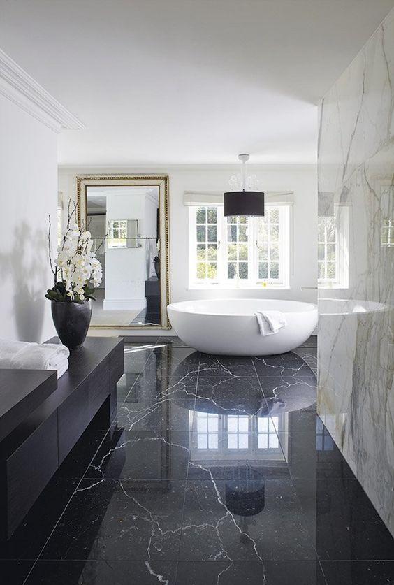 le piastrelle di marmo nero sul pavimento portano lusso e eleganza, e le piastrelle di marmo bianco sulle pareti si aggiungono semplicemente ad esso