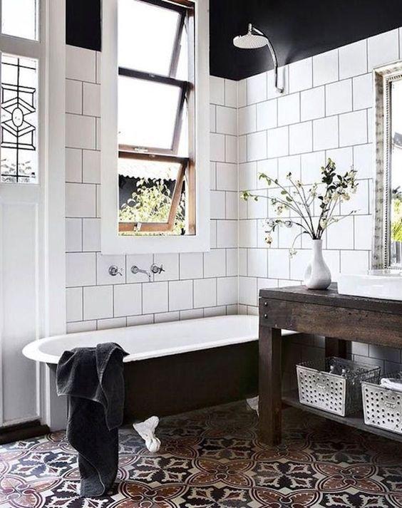 audaci tessere di mosaico con motivi accattivanti e piastrelle bianche sulle pareti che accentuano ancora di più i pavimenti