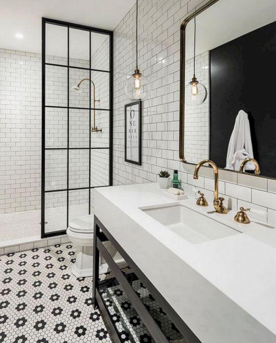 Piastrelle esagonali penny che formano motivi floreali sul pavimento e piastrelle della metropolitana bianche neutre con stucco nero sulle pareti