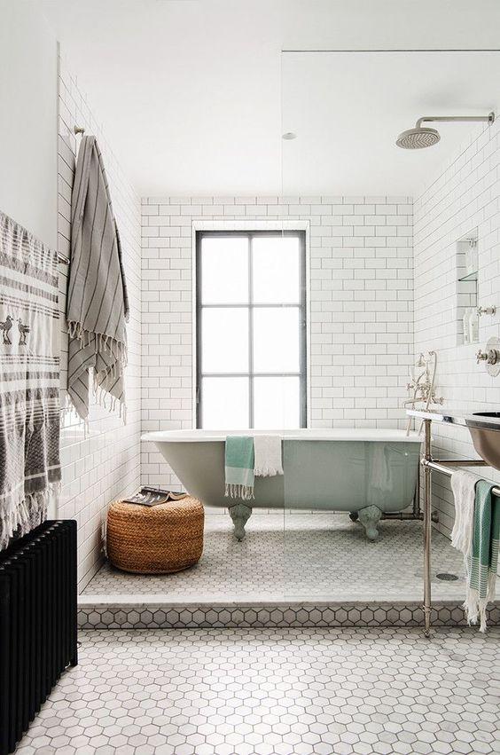 le piastrelle esagonali in marmo grigio sul pavimento sono un accento raffinato ed elegante, e le piastrelle bianche della metropolitana sulle pareti sono uno sfondo fresco