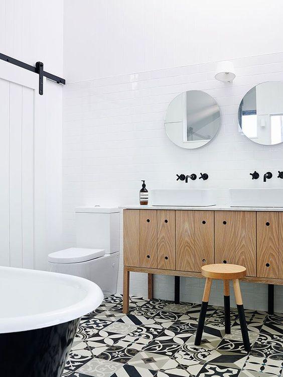 piastrelle bianche sui pavimenti per creare uno spazio neutro e tessere di mosaico in bianco e nero sul pavimento per una dichiarazione