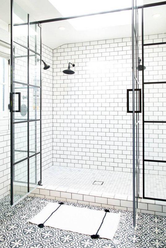 piastrelle bianche della metropolitana con malta nera sulle pareti costituiscono una bella combinazione con tessere di mosaico bianche e nere sul pavimento