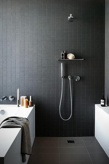 piccole piastrelle nere accattivanti sulle pareti danno al tuo bagno un aspetto sexy, e le piastrelle grigie sul pavimento lo rendono più calmo