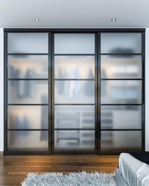 un armadio nascosto dietro le porte della stalla con vetri smerigliati che lo rendono nascosto delicatamente e sembra fresco
