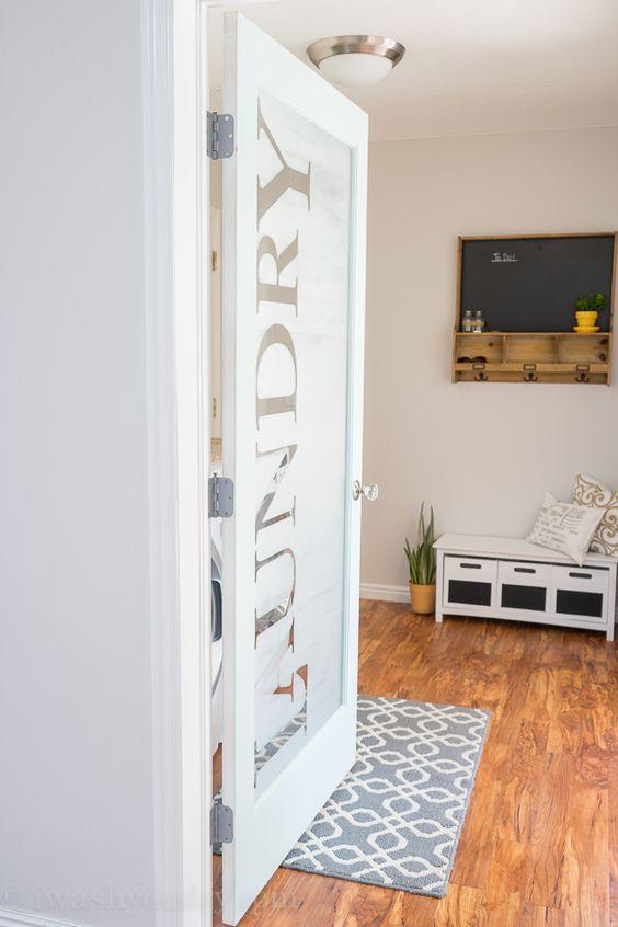 una porta della lavanderia in vetro smerigliato con lettere è un'idea fresca e fresca da provare per una casa moderna