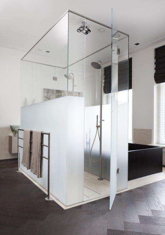 uno spazio doccia in parte normale e in parte satinato è l'ideale per separarlo dal resto del bagno