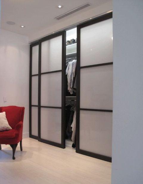 le porte scorrevoli con cornice nera e vetro smerigliato sono un'idea elegante e molto moderna da provare