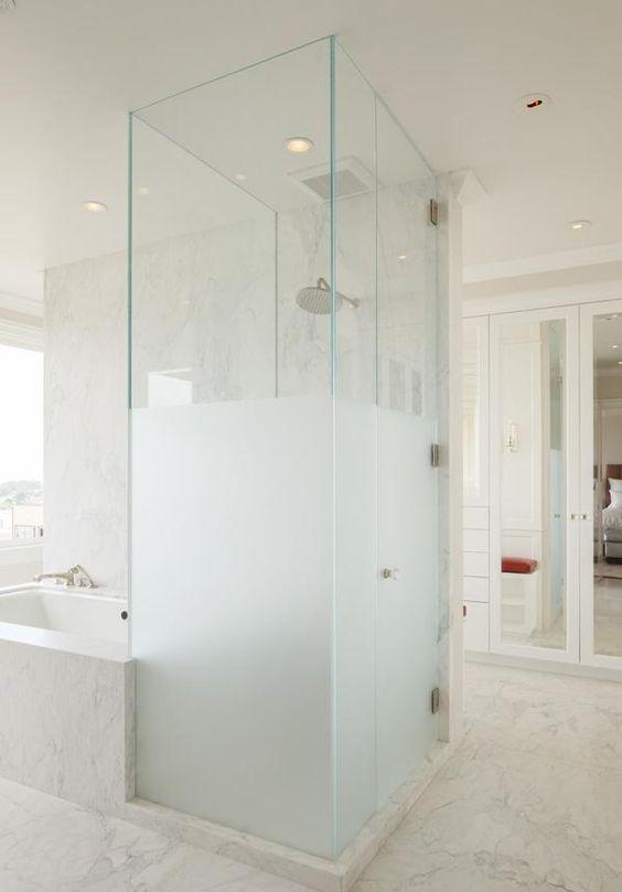 una mezza doccia in vetro smerigliato accanto alla vasca è una splendida idea di arredo bagno contemporaneo