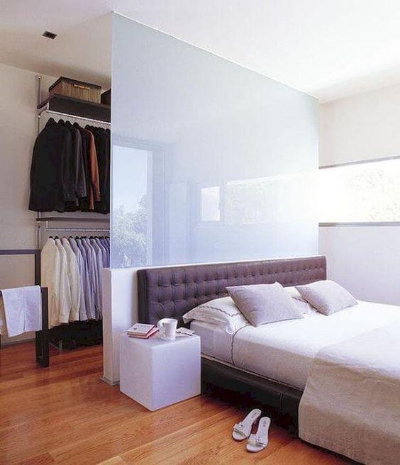 una mezza parete di vetro smerigliato separa delicatamente l'armadio dalla camera da letto, lo tiene nascosto ma non troppo