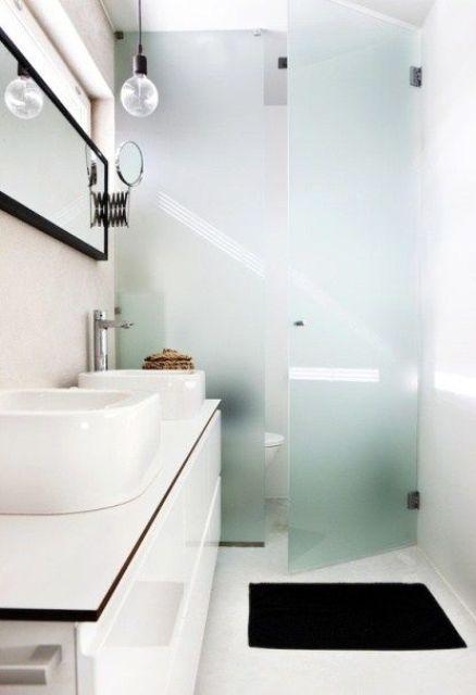 un piccolo bagno contemporaneo in bianco e nero decorato con vetro smerigliato blu