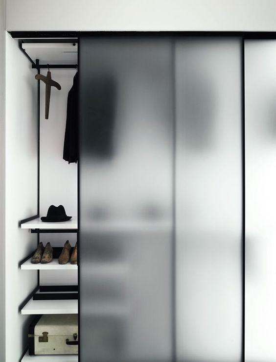 Copri il tuo armadio con ante scorrevoli smerigliate per nasconderlo ma per evitare un aspetto di armadio builky nella tua camera da letto