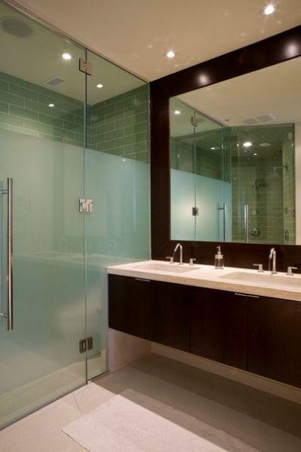 separa lo spazio doccia dal resto dello spazio, con vetro smerigliato e vetro normale per un aspetto accattivante