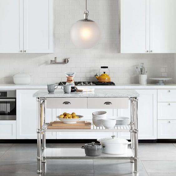 una lampada a sospensione a bolle smerigliata in una cucina neutra dona una luce calda e rilassante