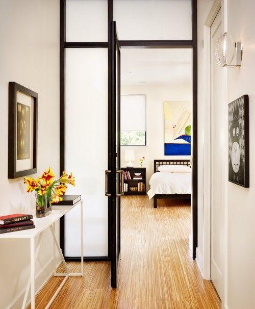 le porte in vetro smerigliato, anche con cornici scure, separano delicatamente i tuoi spazi senza ridurre visivamente la quantità di spazio