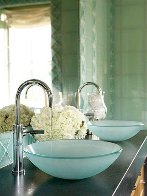 un duo di lavelli a ciotola smerigliati blu è una versione fresca e fresca dei tradizionali lavelli rotondi