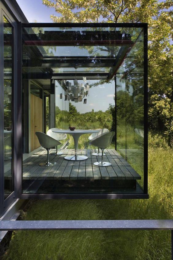 una veranda in vetro fumé manterrà una maggiore privacy e ti terrà lontano dalla luce solare eccessiva