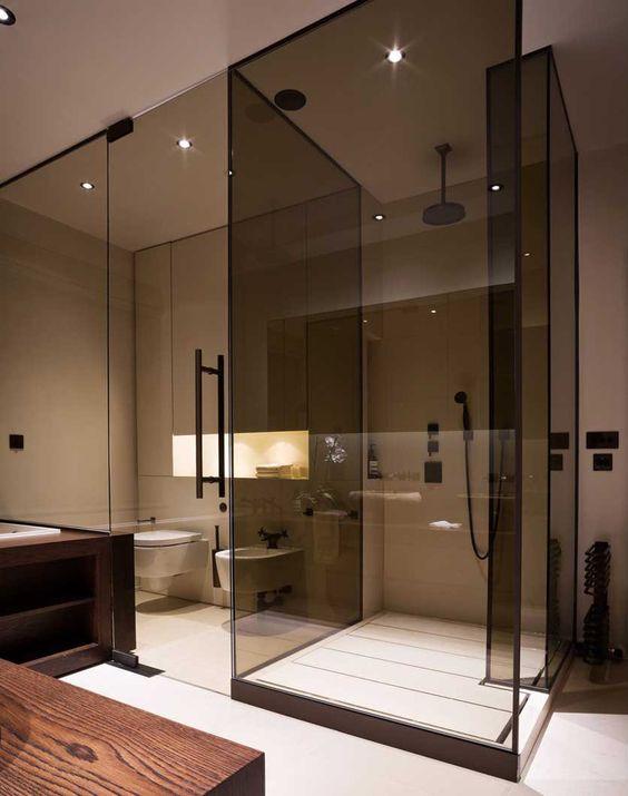 separare la doccia con ante in vetro fumé dal resto del bagno per renderlo un po 'diviso