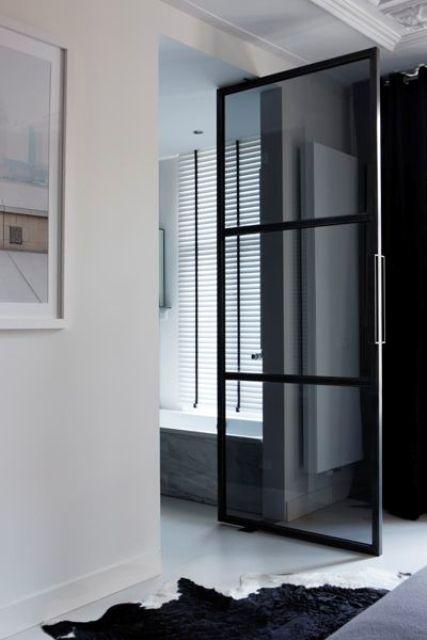 una porta in vetro fumé per il bagno en-suite sembra alla moda e chic e non rende lo spazio più piccolo
