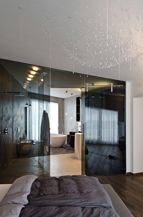 separa il bagno en-suite dalla tua camera da letto con porte in vetro fumé per mantenere entrambi gli spazi pieni di luce e collegati